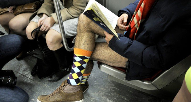 Bücher lesender Teilnehmer beim No Pants Subway Ride am No Pants Subway ride Tag in Toronto