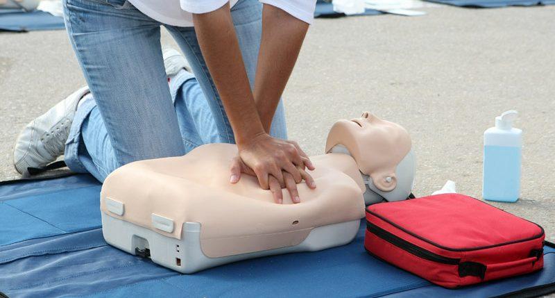 Informationen zum Aktionstag Tag der Ersten Hilfe. Unter dem Motto -Jeder kann helfen- rufet das deutsche rote Kreuz zur Teilnahme an erste Hilfe Kursen auf.
