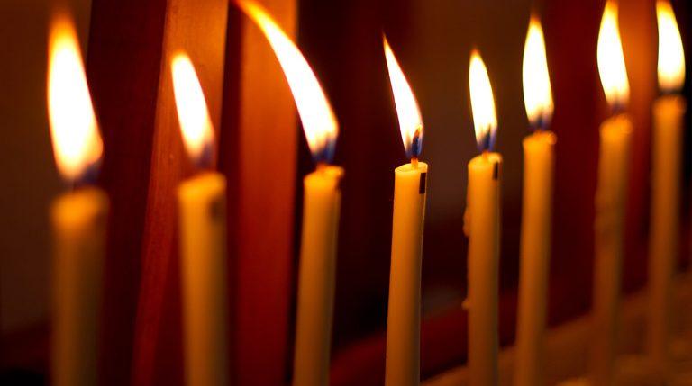 Die Nacht vom Karsamstag auf den Ostersonntag ist die Osternacht. Weitere Informationen und Hintergründe zur Osternacht findest Du hier.