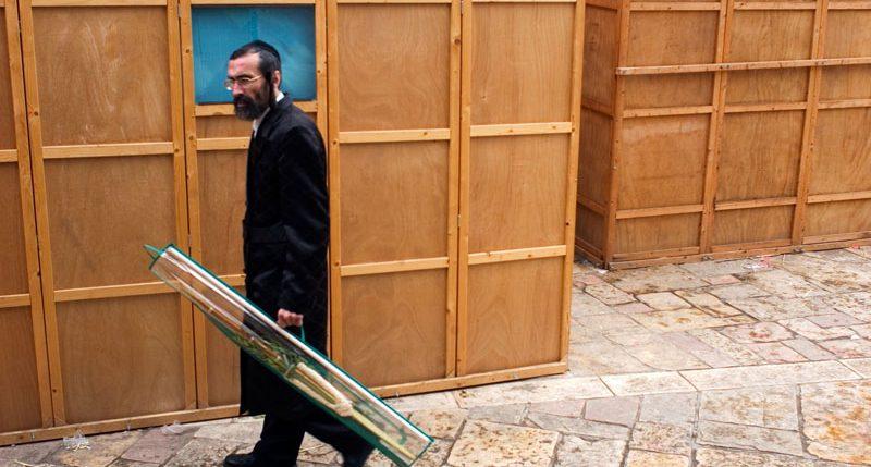 5 Tage nach dem Versöhnungstag ist Sukkot. Weitere  Informationen und Hintergründe zum Feiertag Sukkot ( Laubhüttenfest) findest Du hier.